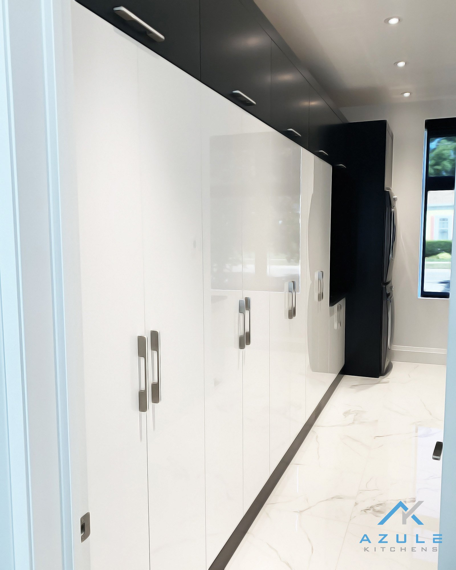 Azule Kitchens Modern Walk In Closet High Gloss With Washer And Dryer