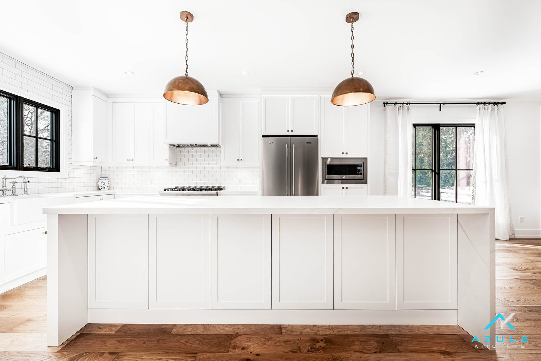 Transitional White Painted Shaker Farmhouse Kitchen Design